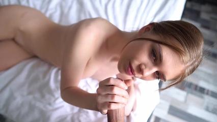 Татуированная красотка сосет и шпилится с парнем на кровати